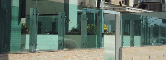 Benefícios de investir no muro de vidro para a sua casa