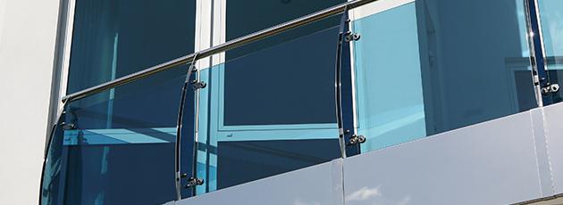 Aposte nos muros de vidro para embelezar sua fachada